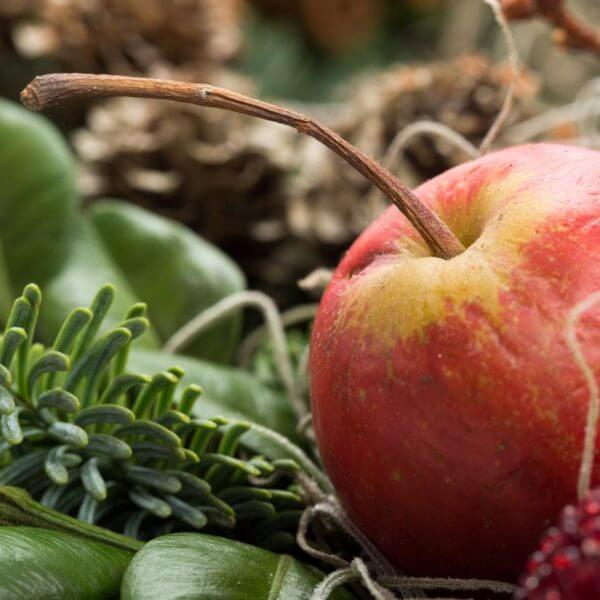 Adventskrans i guld og natur, detalje, æble