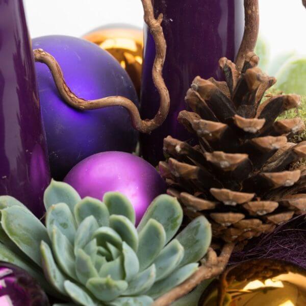 Lilla Adventsdekoration, detalje, Husløg, kogle, glaskugler