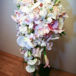 Brudebuket med roser, liljer og orkideer