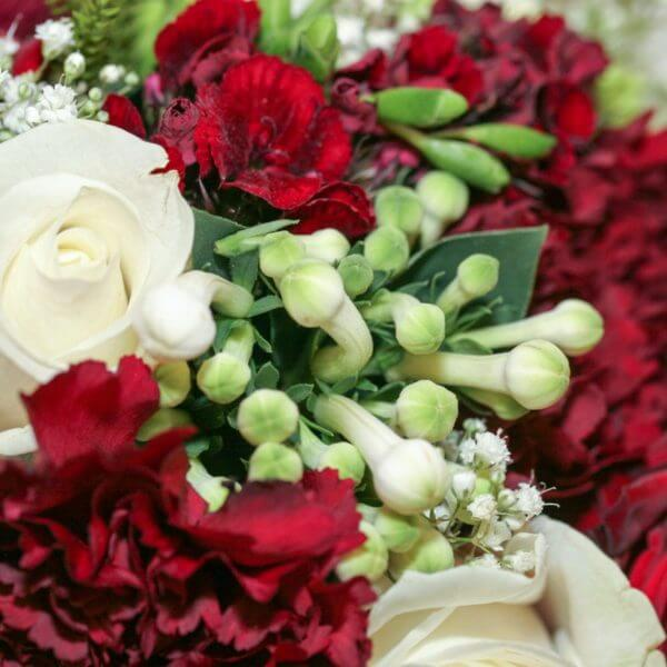 Brudebuket med roser, brudeslør, calla, nellike