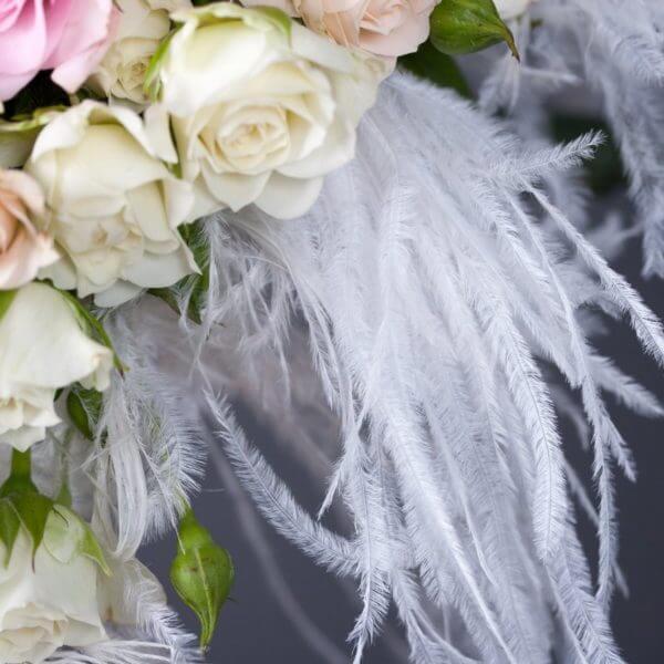 Brudebuket med roser og strudsefjer