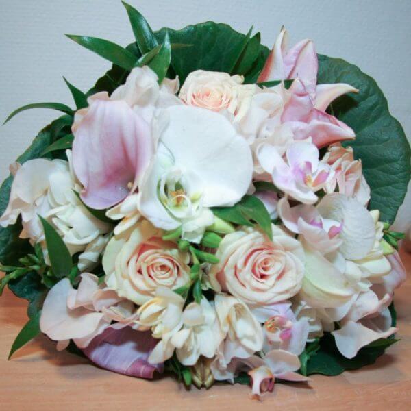 Brudepigebuket med roser, liljer og orkideer