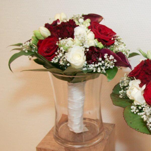 Brudepigebuket med roser, brudeslør, calla, nellike