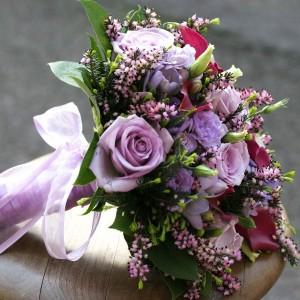 Brudepigebuket med roser, calla og lyng