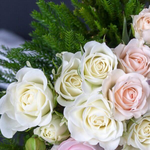 Brudepigebuket med roser og strudsefjer