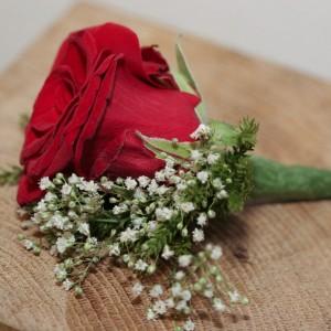 Knaphulsbuket med roser, brudeslør, calla, nellike