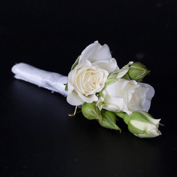 Knaphulsbuket med roser og strudsefjer