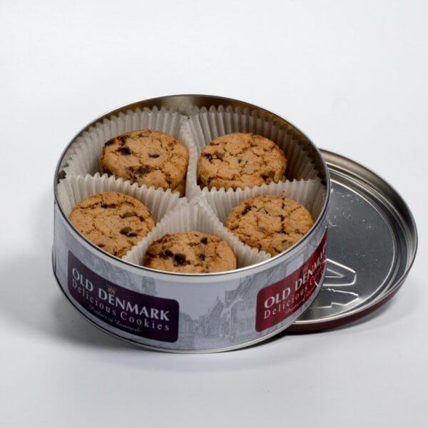 Småkager med chokolade, dåsen åbnet så man kan se sm,åkagerne